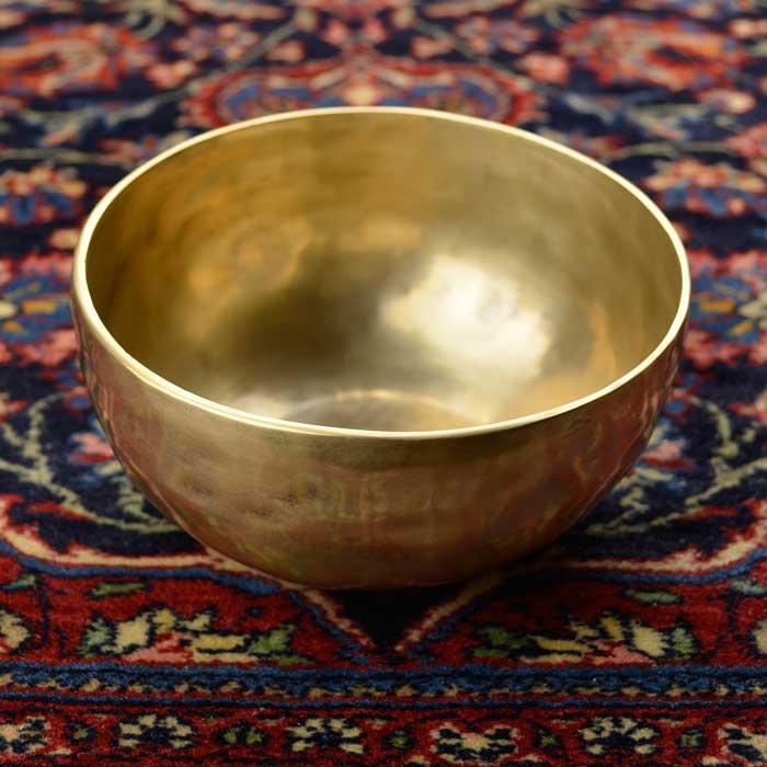売り出し インドの工芸品 特価 シンギングボウルは振動を増幅し共鳴させることで不思議な音を出します その音は私たちの心を不思議な感覚にいざなってくれます この画像のものをお届けいたします シンギングボウル 一点物 真鍮製のシンプルデザイン 木製スティック付 MSB-212 直径約14cm 重量約521g I10