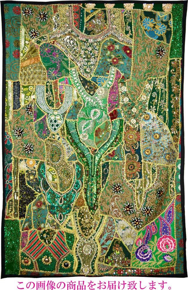 いろいろな種類の古布をつなぎ合わせたとてもにぎやかで楽しい布です。インド、ラジャスタン州ジャイプルで作られました。一点物ですのでこの画像のものをそのままお届け致します。 【インド直輸入】古布パッチワーク タペストリー 長方形 100cmx150cm グリーン 緑色系 ラジャスタン ジャイプル PTA-0079