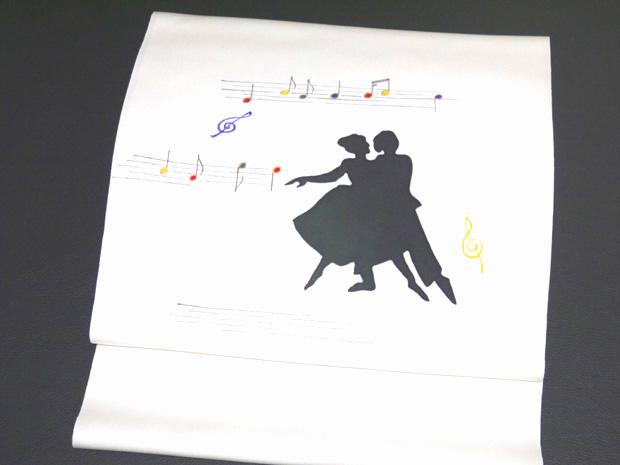<五泉の超重目駒塩瀬使用><ダンス(シルエット)&楽譜>京都工芸染匠組合員 一流染匠謹製 高級染帯 九寸名古屋帯 白地 正絹【お仕立代無料&送料無料&代引料無料】音符 音楽 ト音記号 九寸帯 九寸なごや帯 帯 女性用 和装 和服 呉服 着物 色無地用 小紋用 染め帯 日本製
