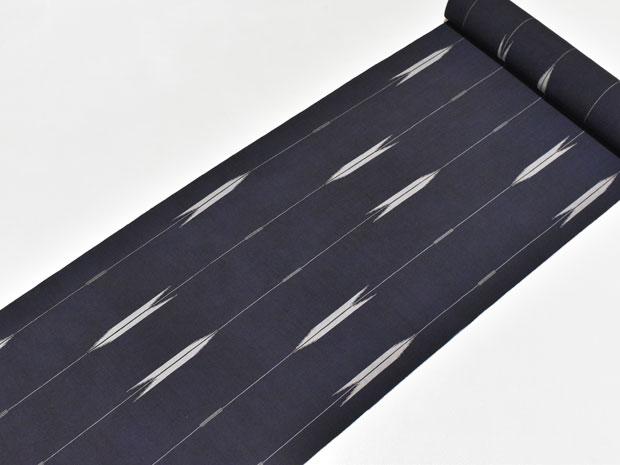 <矢絣柄>レディースゆかた 京都小泉謹製 高級ポリエステル 女性用 浴衣反物【お仕立代込み&送料無料】セオα素材 セオアルファ素材 創世舎 矢羽根 地色:極めて黒に近い濃紺 ※仕立ての段階に入ってからのキャンセル等はお断り致します。※反物での販売も行なっています。