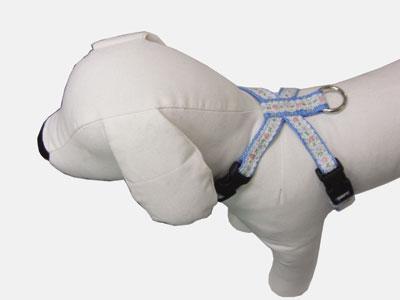 小型犬用ブルー ピンク イエローから選べます 首輪処 犬用 ハーネス 犬 レースフラワー おしゃれかわいい バーゲンセール 新色 チロリアンシリーズ レースフラワー模様のテープをのせているのでお散歩中も目をひく SSサイズ