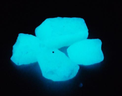 蓄光!光を蓄えておくと暗所で発光! 蓄光 骨材 グロウストーン ブルー発光 粉砕石タイプ 1kg