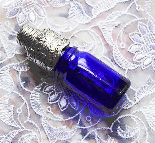 日時指定 ヴィクトリアンスタイルのソーイングセット シンブル 糸巻き 本日限定 針の収納 イギリス製 青いボトルセット