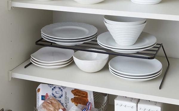 棚を2段に分けて収納できるので、お皿のサイズや種類ごとに並べて出し入れがスムーズに。裏返して棚板に引っかけて使うこともでき、棚板下にこまごましたキッチン雑貨を収納できます。 ディッシュストレージ タワー ワイド ホワイト ブラック TOWER 7914 7915 白 黒 シンプル ディッシュスタンド 皿立て ディッシュラック ディッシュスタンド キッチン雑貨 大量 収納 お皿 山崎実業 YAMAZAKI 【送料無料】