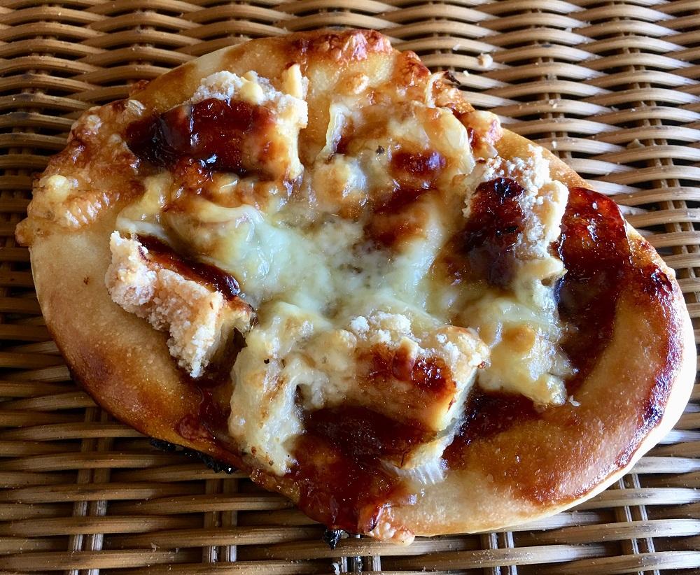 少し厚めのしっかりもっちりした食感です 【竜田揚げとポテトサラダの照り焼きピザ】竜田揚げとポテトサラダでがっつりピザ