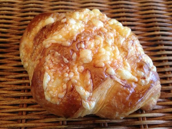 コクのある発酵バターを何層にも折り込みさっくっとふんわりの食感のクロワッサンの中にチェダーチーズと外にはシュレッドチーズをかけて焼き上げました☆ チーズクロワッサン