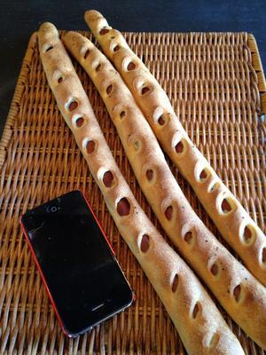 小さく切ってビールのおつまみにもGoodです☆ 【うまか棒】1本の超ロングなソーセージ入りのフランスパン