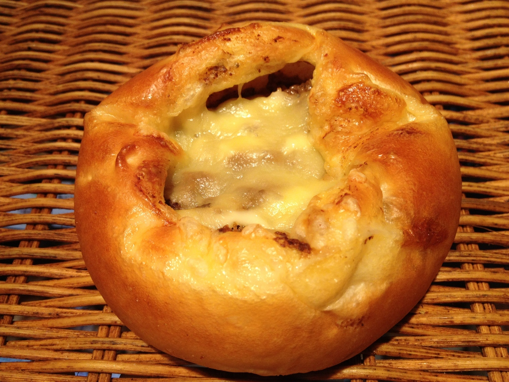 ふわっとしたパンに辛さ控え目のカレーと香ばしいチーズが美味しい! 【チーズ入り焼カレーパン】カレーとチーズの惣菜パン
