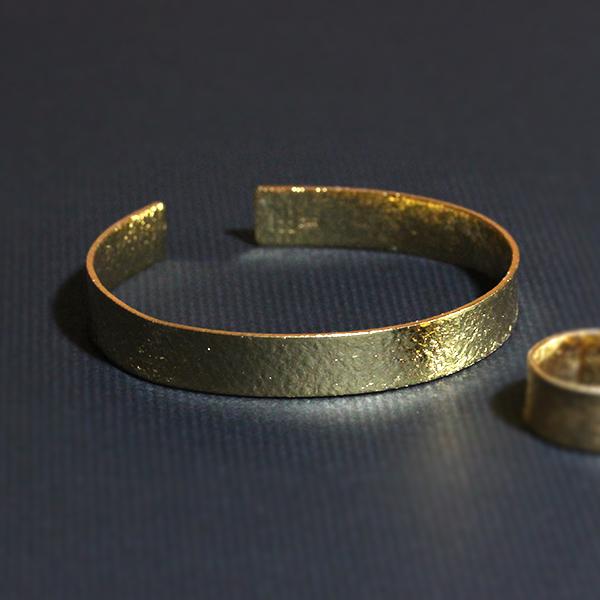 表は伝統の越前和紙のテクスチャー 裏はイタリアで700年前から使われているコットン100 を使用した水彩紙のテクスチャーを持つ 錫 すず のバングルシリーズ Tin