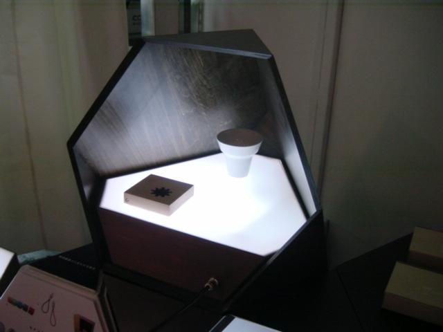 テトラへドロン木目BOX(セメント プロデュース デザイン )