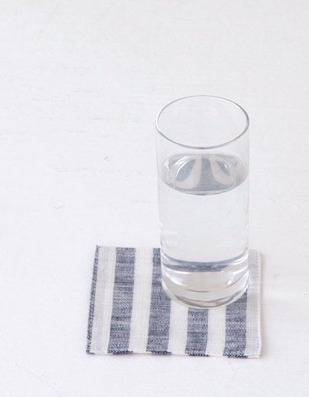シンプルなグラスでもコースターを敷くだけでいつもと違う雰囲気に。 フォグリネンワーク(fog linen work) リネンコースター ブルーホワイトストライプBLUE WHITE STRIPE