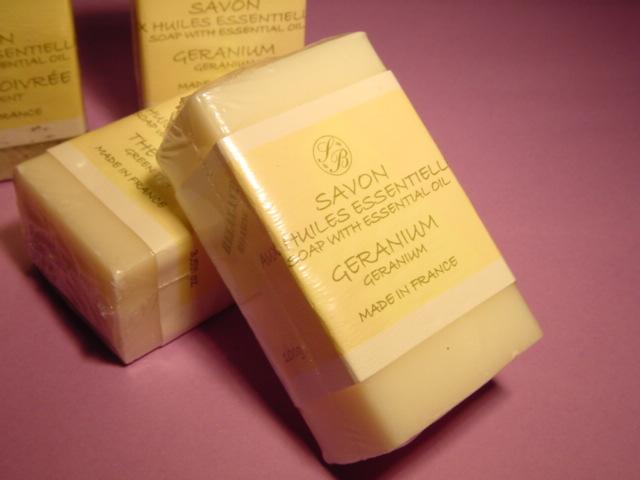 エッセンシャルオイルを0.5%含んだ香り豊かな石けんです。 サボネリー ナチュラルソープ100g ゼラニウム (5200)(SAVONNERIE DE BORMES)