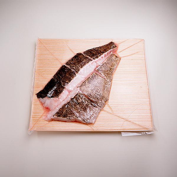 お鍋用のクエの切り身 だし用にアラもついています クエ お鍋用切り身約500g SALENEW大人気 アラ付き クエ鍋 冷凍便 授与