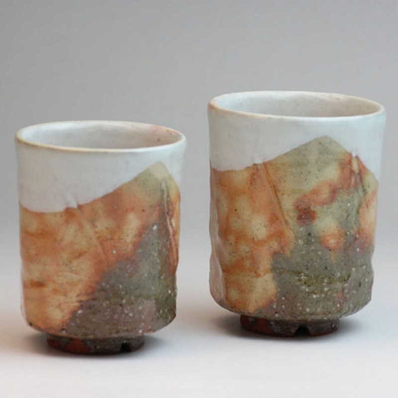 萩焼 秋実組湯呑 佳俊作 木箱入 Japanese ceramic Hagi-ware. Set of 2 shujitsu yunomi teacups made by keishun. Wooden box.