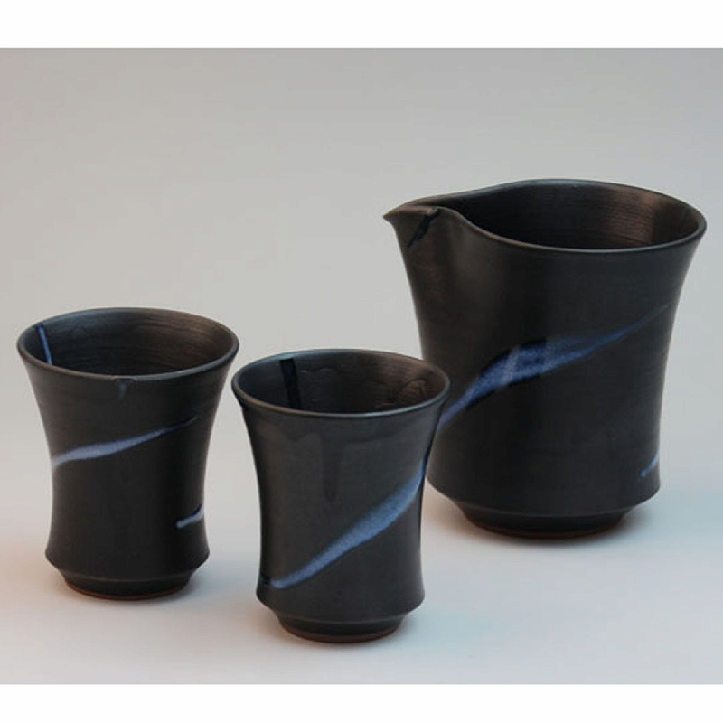 萩焼 白釉流掛酒器 木箱入 船崎透作 Japanese ceramic Hagi-ware. Set of sake sercer and guinomi cup made by Toru Funasaki.