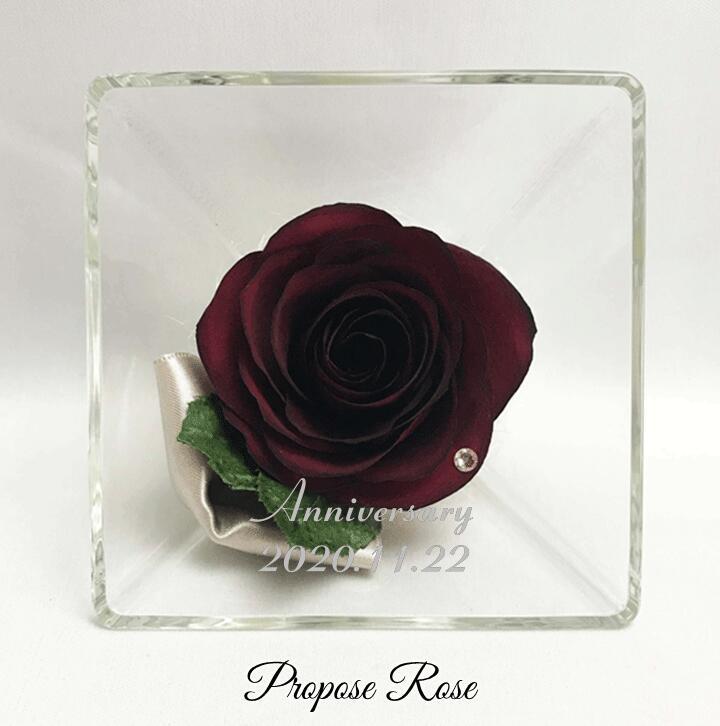 お二人のお名前と記念日をお入れできるタイプ プロポーズ記念のバラをドライ加工し ボトルに密閉したボトルフラワーです 自然なままの美しさを数年間お楽しみいただけます プロポーズ ローズ 定番スタイル Sサイズ 名前と日付の刻印が入ります 赤い薔薇 レッドローズ 赤いバラ プロポーズ記念 Red 加工 ドライフラワー 保存 スクエアボトル Rose 期間限定お試し価格