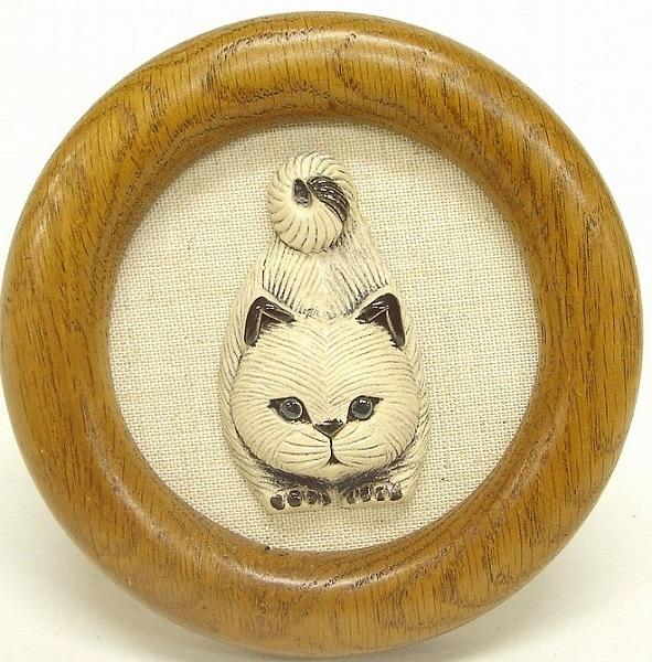 木製フレームからネコが今にも飛び出しそう壁に掛ければお部屋が少し楽し気になります 壁掛け フレーム 布台紙 オブジェ NF44動物 ネコ 猫 子猫 陶器 キャット おしゃれ ねこ かわいい 贈り物 ペット 雑貨 インテリア ※アウトレット品 cat 送料無料新品 プレゼント