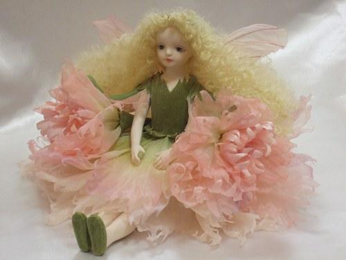 【送料無料】若月まり子 お花の妖精人形♪エルフィンフローリー:カーネーション(ピンク)【楽ギフ_のし】ビスクドール 御祝 贈答 創作人形 ギフト 結婚祝 出産祝 記念品