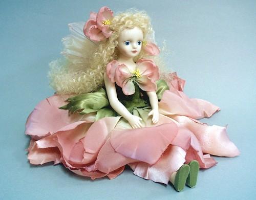 【送料無料】若月まり子 お花の妖精人形♪エルフィンフローリー:デルフィニウム(ピンク)【楽ギフ_のし】ビスクドール 御祝 贈答 創作人形 ギフト 結婚祝 出産祝 記念品