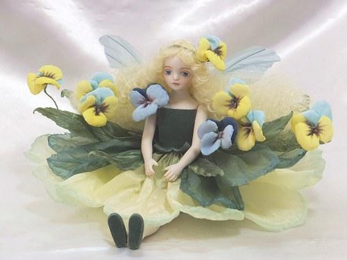 【送料無料】若月まり子 お花の妖精人形♪エルフィンフローリー:パンジー(スイート・ブルー)【楽ギフ_のし】ビスクドール 御祝 贈答 創作人形 ギフト 結婚祝 出産祝 記念品