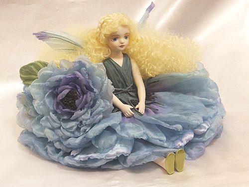 【送料無料】若月まり子 お花の妖精人形♪エルフィンフローリー:オールドローズ(ブルー)【楽ギフ_のし】ビスクドール 御祝 贈答 創作人形 ギフト 結婚祝 出産祝 記念品