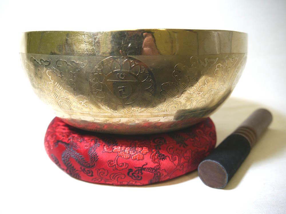 チベット仏教法具 フラワーオブライフ&オム彫金 シンギングボウル 3点セット(1点物約1293g/ハンドメイド23.5cm/7メタル/木製スティック、台座(リングピロー)つき) 密教 シンギングボール アジアン雑貨
