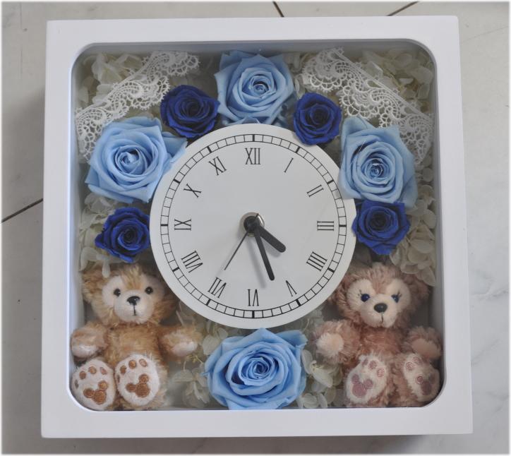 **時計**お誕生日にいかが?ディズニーシー★ダッフィー&シェリーメイがついた時計。掛け時計としても、置時計としてもつかえます。プレゼントにおすすめ!プリザーブドフラワー