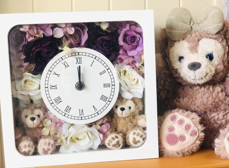 送料無料!お誕生日にいかが?ディズニーシー★ダッフィー&シェリーメイがついた時計。掛け時計としても、置時計としてもつかえます。プレゼントにおすすめ!アーティフィシャルフラワー
