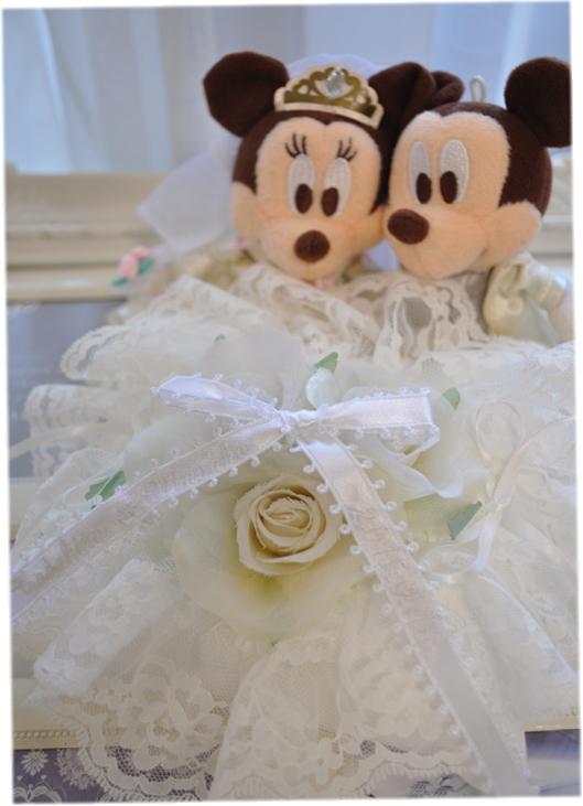 ミッキー&ミニーリングピロー☆ディズニー好きに。ふわふわホワイト☆お名前、日付け刺繍