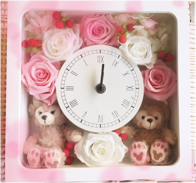 送料無料!お誕生日にいかが?ディズニーシー★ダッフィー&シェリーメイがついた時計。掛け時計としても、置時計としてもつかえます。プレゼントにおすすめ!プリザーブドフラワー