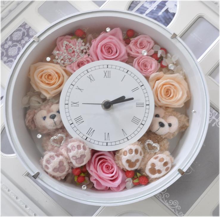 スワロスキーできらきら☆ダッフィー&シェリーメイがついた時計。掛け時計としても、置時計としてもつかえます。プリザーブドフラワー :【楽ギフ_包装選択】【楽ギフ_のし】【楽ギフ_メッセ】【楽ギフ_メッセ入力】【楽ギフ_名入れ】★【Disney