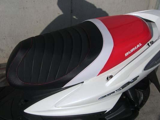 セール バイク用品 外装 シートベリアル スポルティブシート RED シグナスX 08-(SE44J)BURIAL Y17-16-01 取寄品