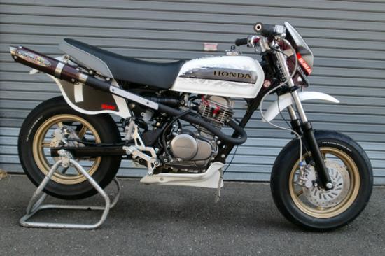スーパーセール バイク用品 マフラー 4ストフルエキゾーストマフラーベリアル GP・M1マフラー APE100 APE100DBURIAL H14-18-00 取寄品