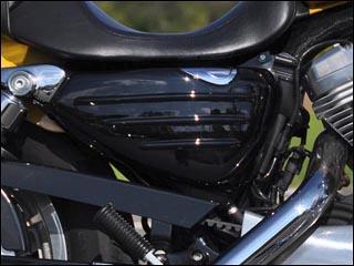 バイク用品 外装 フェンダーシックデザイン ティーラ サイドカバー ツヤアリBLK XL1200N 14-CHIC DESIGN XL-SC2-BK 取寄品