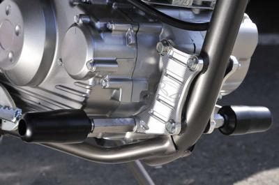 BEET エンジンハンガープレート シルバー D-TRACKER125 《ビート 0615-KA2-09》
