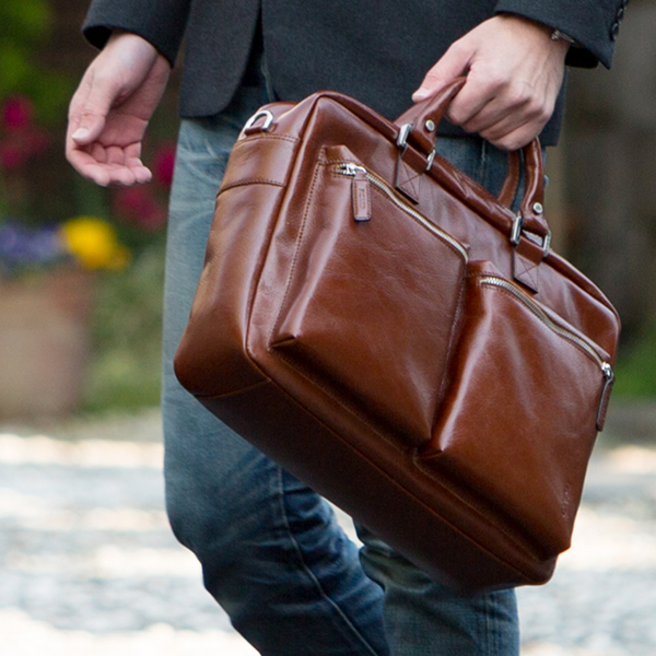 【PICARD】mens and gift 『革の街』で、熟練のマイスターが仕立てるメンズバッグBuddy Briefcase(バディブリーフケース)