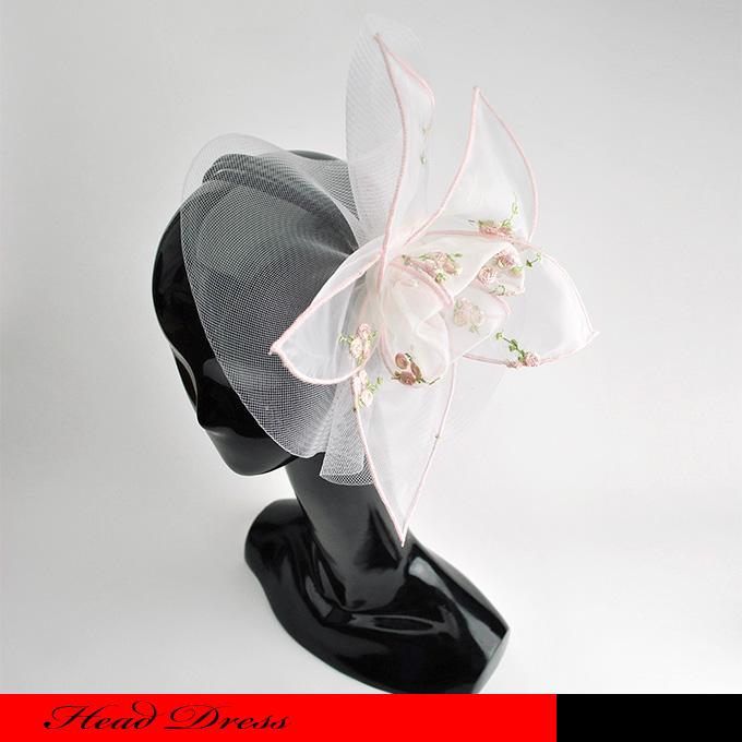 フラワー刺繍の入った淡いピンクのチュールが花びらになったヘッドドレスのカチューシャです。☆ ヘッドドレス/ヘアーアクセサリー/ウェディング/パーティー/フラワーアクセサリー/ビッグりボン/