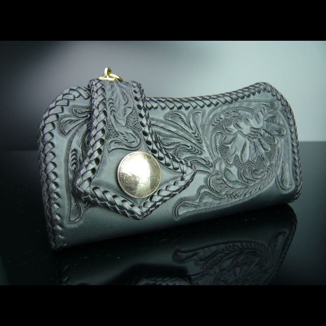 シックなカービング加工の長財布