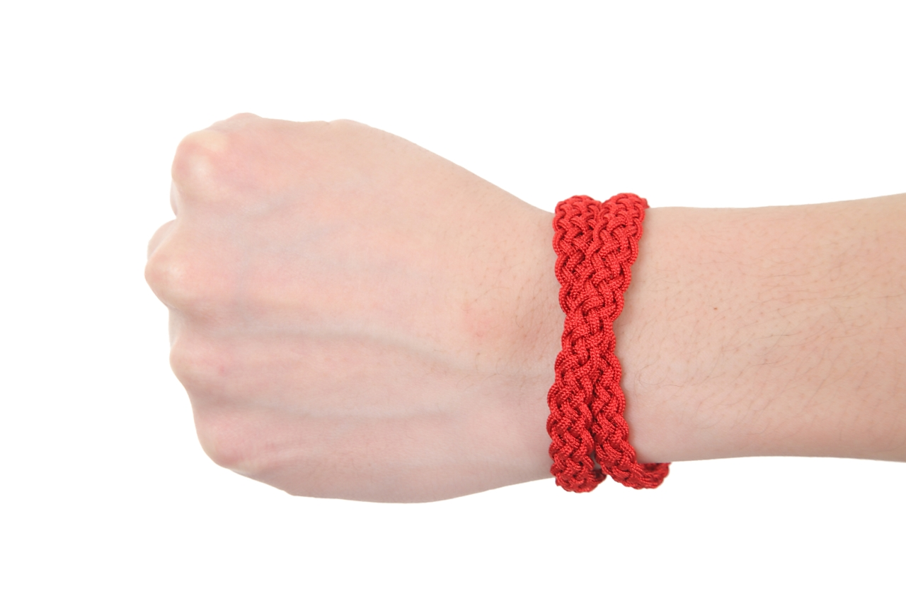 A braid (big red) of Hida. sacred place, honewort and a girl of Hida of the same age are a handicraft (with a handwriting message card), braid bracelets. The discerning gem which I modelled on the image of the movie from the making of the braid as much