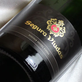 バルセロナオリンピックでは公式カヴァ スペインワイン 辛口 cava カヴァ メッセージカード対応可 セグラ SEAL限定商品 ヴューダス ブルート レゼルバ マグナムボトルSegura Brut 泡 発泡 マグナムボトル 通販 Viudas スパークリングワイン Reserva 販売 1500ml Magnum 信用