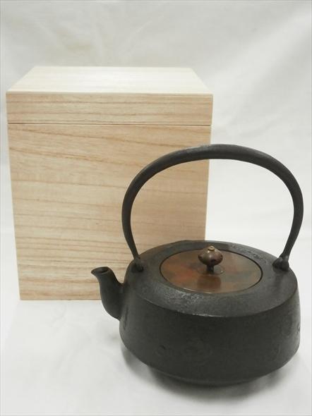 [肘折に花を!] 山形鋳物正寿堂作鉄瓶梅花地紋銅蓋 1,2L 桐箱入