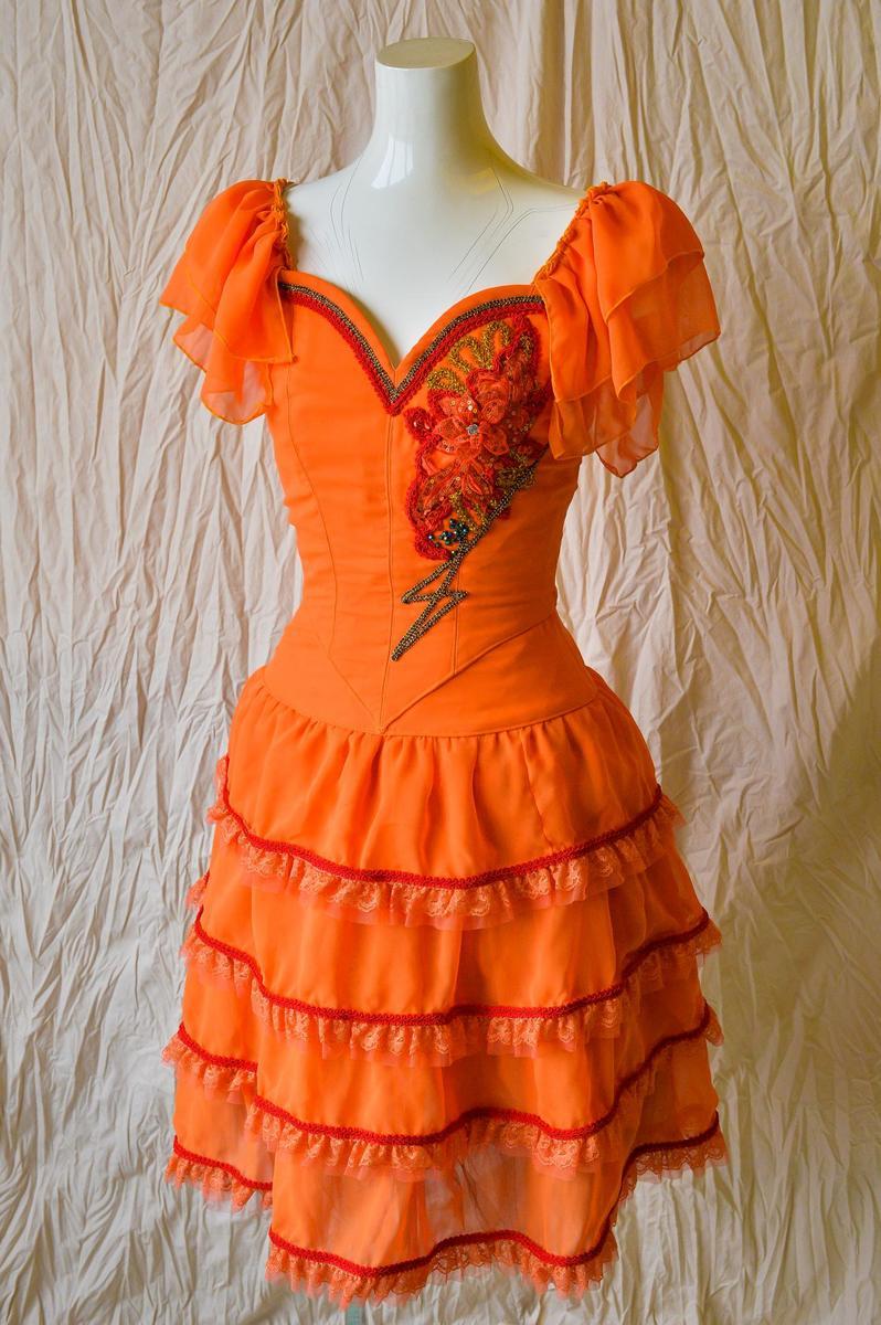 すっきりタイプのスペインの衣装はいかがでしょうか? 【中古チュチュ販売】スペイン系ワンピースLサイズ オレンジで元気に舞台で目立とう すっきりしたシルエットで細く見えるバレエ衣装 コンクール発表会で活躍するジョーゼットワンピース くるみわり人形白鳥の湖などのスペインの踊りのバリエーション コンテンポラリーにも