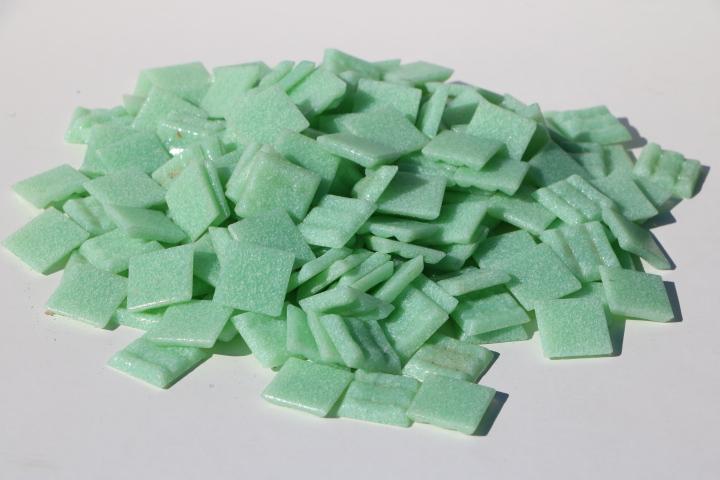 鮮やかなモザイクタイルアートに最適なタイル スモークガラスモザイクタイル 20ミリ角 バラ 500g袋入り 緑色 DIY クラフト A-14 バースデー 在庫処分 記念日 ギフト 贈物 お勧め 通販