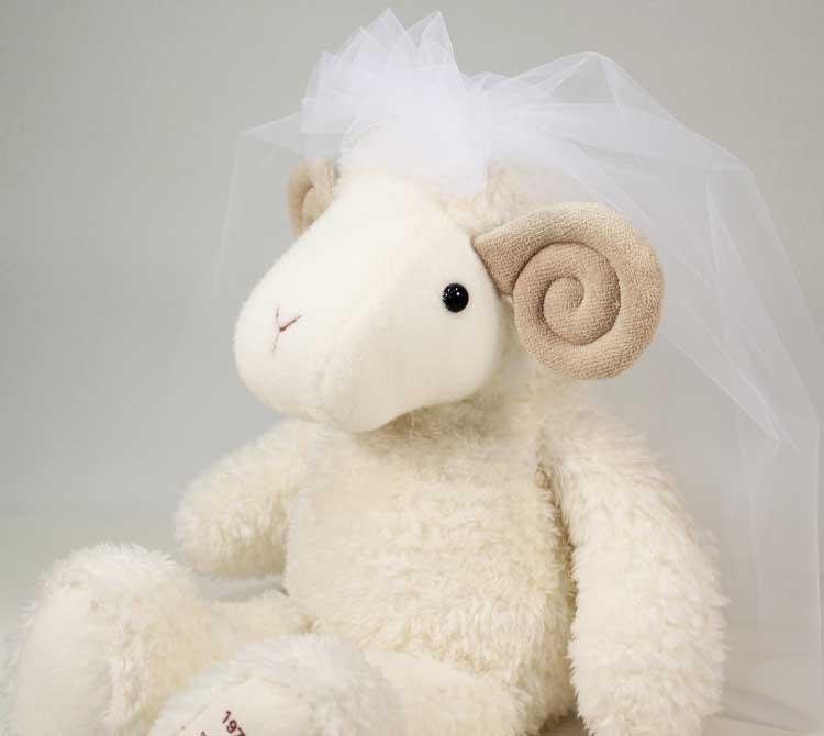 羊のウェイトドールが幸せ運ぶ♪愛も運ぶ♪ ひつじのめーちゃん★ベール付き・片足刺しゅう【ウェルカムドール 未年 ぬいぐるみ 婚式 親ギフト】