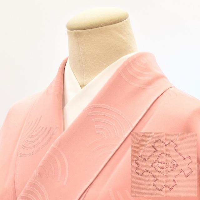 【中古】 リサイクル着物 色無地 正絹 一つ紋 縫い紋 縮緬 地紋入り 躾付 ピンク 青海波文様 裄65cm M~Lサイズ hh3844 【着物ひととき】