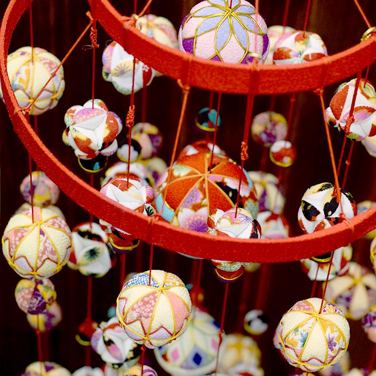 送料無料!縮緬工芸品をもっと身近に。子供の成長を願う贈り物として。【京都のつるし飾り ちりめん 鞠 2段17本】つるし雛,誕生日,ひなまつり,雛祭,雛まつり,お雛様,おひなさま,ひな人形,雛人形,桃の節句,子供の日,七五三,新春,お正月,お祝い,和雑貨,プレゼント,ギフト