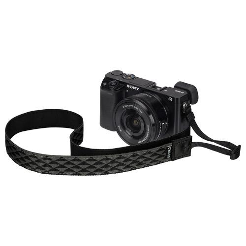 モノトーンの模様とシンプルなデザインの根革でミニマル※さを追求したカメラストラップです。※ミニマル(minimal):シンプルな形と色を使用した表現手法 【アウトレット 訳あり特価】ハクバ オリイロストラップ サンカク 25BW (ORIIRO CAMERASTRAP 25mm SANKAKU) KST-ORTR25BW 4977187313420 一眼レフ おしゃれ