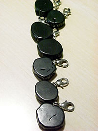 Bincho-tan 特価品コーナー☆ Charm Key Holder 携帯電話 返品不可 1個 チャーム 備長炭キーホルダー ポーチ ジッパーのアクセントに