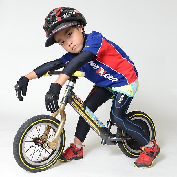 【ランバイク世界チャンピオン使用モデル】「勝つためのインナー」FIXFIT MAXトップス ジュニアモデル。サドルやタイヤ、フレームなどのカスタム同様、ストライダーの操作が向上!プロテクターと合わせて子供の肌を守ります。生地ロット2021