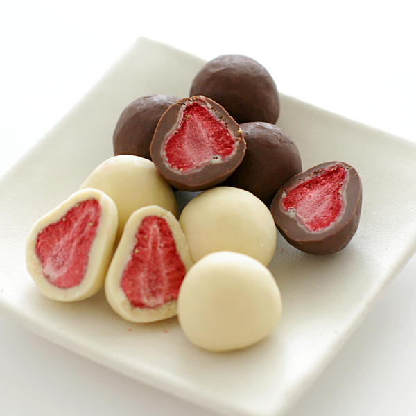 フリーズドライの甘酸っぱい苺をチョコレートでコーティングした ホワイト ミルク 安い 激安 プチプラ 高品質 の2種セット のしがけ出来ません 六花亭 ストロベリーチョコ 各1個 NEW売り切れる前に☆ 2種セット 約130g